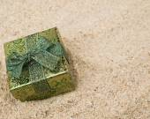 Gift box on sand — Stock fotografie