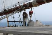 Detail of pulleys and hoists of a schooner — Stock Photo