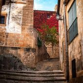 Stairs in an alley of Caceres (Spain) — Stock Photo