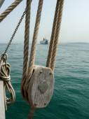 Detail of pulley and hoist of a schooner — Stock Photo