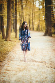 美丽的年轻女子在森林里 — 图库照片