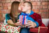 Couple kissing and holding present — Foto de Stock