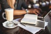 Coffee and notes on the restaurant table — Stock Photo