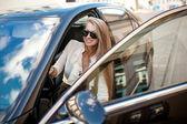 Donna di affari in camicetta bianca e gonna nera che si siede in un blac — Foto Stock