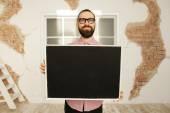 Homem de óculos, segurando o quadro-negro em branco nas mãos — Fotografia Stock
