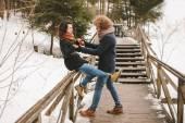 Casal hippie se divertindo na floresta de inverno — Fotografia Stock