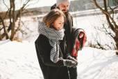 Casal tendo a pé em winter park, perto de lago congelado — Fotografia Stock