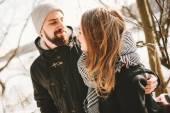 Casal de hipster que estava na árvore sobre lago congelado — Fotografia Stock