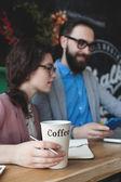 Moderní tým pracuje v kavárně s notebookem, smartphone s kávou — Stock fotografie