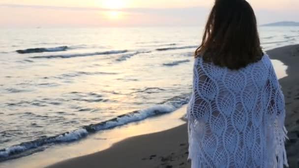 Женщина в красивом платье видео