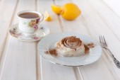 Cinnamon roll and tea — Stock Photo