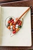 Kalp, taşlar ve kalem 1 — Stok fotoğraf