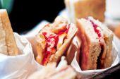 温暖的面包和火腿和斯卡莫札干酪 — 图库照片