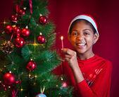 Černá holčička zdobit vánoční stromek — Stock fotografie
