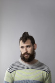 Studio portrait of young man with beard and tattoos — Stockfoto