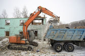 The demolition of dilapidated housing.Garbage special equipment. — Stock Photo