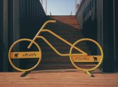 Yellow bicycle sculpture — Stock Photo