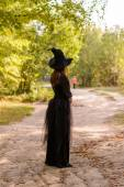 Frau in Witchs Hut stehen Rücken zur Kamera — Stockfoto