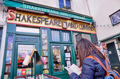 The famous Shakespeare and Company bookstore — Zdjęcie stockowe