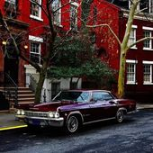 Retro car parked near the house in the street of New York City — Stock Photo