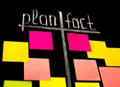 Plan and fact with color sticky notes — ストック写真