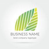 Wektor zielony liść logo na białym tle — Wektor stockowy