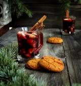 Cup of hot Christmas mulled wine with cake — Stock fotografie