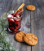 Cup of hot Christmas mulled wine with cake — Stock Photo