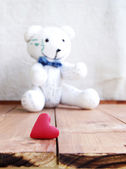 Heart and teddy bear on a wooden surface — Foto Stock