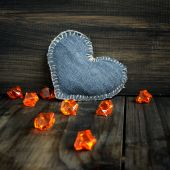 Jeans heart on wooden background — Stockfoto