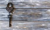 Hjärtat och nyckeln på trä bakgrund — Stockfoto