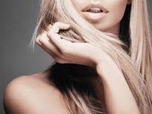 Uzun sarı saçlı kadın — Stok fotoğraf