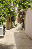 A peaceful shady Greek alley — Stock Photo