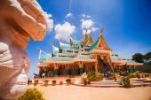 Tempel in thailand met stenen leeuw standbeeld — Stockfoto