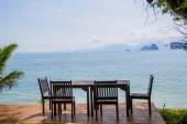 Stół przygotowany dla dwóch osób na białej, piaszczystej plaży — Zdjęcie stockowe
