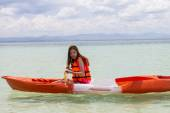 Beautiful Girl With Kayak Paddle  Travel and Vacation on The Bea — Stock Photo