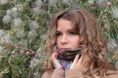 Joven, sonriente y bonita mujer en el Parque otoño — Foto de Stock