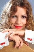 Yarış araba kol düğmeleri kırmızı ile Beyaz gömlekli genç kadın — Stok fotoğraf