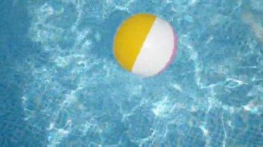 Beach ball in the pool — Stock Video