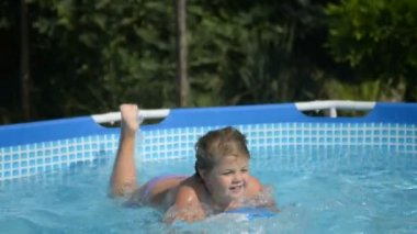 Little girl in the pool — Stock Video
