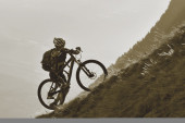 Mountainbike uphill — Stockfoto