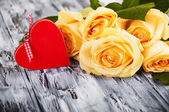 Beautiful roses and red heart — Stock Photo