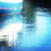 Defocused blue boat reflecting in water — Stock fotografie