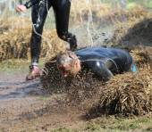 A man falls into the mud — Stock Photo