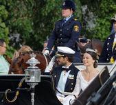 O príncipe Sueco carl-philip bernadotte e sua esposa acenando uma — Fotografia Stock