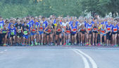 Large group of running girls and boys on the start line — Stock Photo