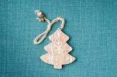Holz weihnachtsbaum auf grünen stoff hintergrund — Stockfoto