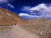 Tourists walking in Himalayas — Stock Photo