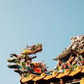 Deus Dragão arte decoração e no telhado do templo chinês — Fotografia Stock