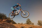 Mountain Bike cyclist jumping. Downhill biking. Extreme sports cycling. — Stock Photo